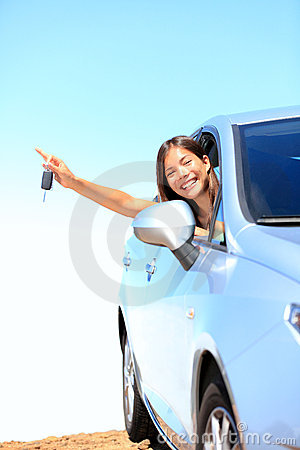 Autofrau, die Tasten zeigt