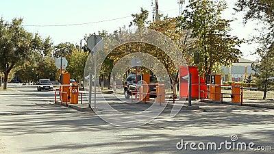Automatisk säkerhetsbarriär på parkering i den internationella flygplatsen Volgograd lager videofilmer