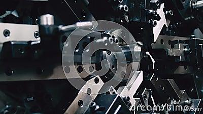 Automatisk utrustning för produktion av stålfjädrar Teknik och industri stock video