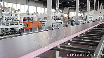Automatyczna proces produkcja materiał budowlany przy fabryką z wielkimi okno i nowożytnym narzędziem zdjęcie wideo