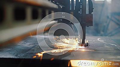 Automatyczne cięcie plazmy z blachy na nowoczesnej maszynie laserowej cnc w fabryce zdjęcie wideo