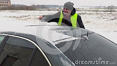 Automobile di pulizia dell'uomo dalla neve archivi video