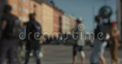 Automobili vaghe e la gente che camminano e che vanno in bicicletta ad un'intersezione a Stoccolma centrale video d archivio