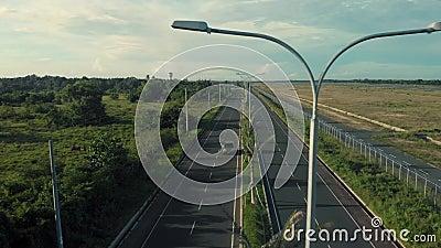 Autostrade per strada con palme e palme Un drone cinematografico girato durante un viaggio in macchina archivi video