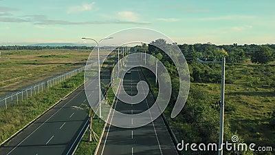 Autostrade per strada con palme e palme Un drone cinematografico girato durante un viaggio in macchina stock footage