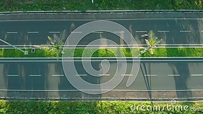 Autoveicoli e motociclette in circolazione Tamburo cinematografico girato dall'alto Gita estiva Traffico bidirezionale video d archivio