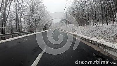 Autoveicolo che percorre una strada montata panoramica in inverno video d archivio