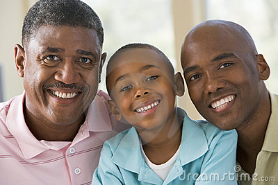 Avô com filho e o neto adultos