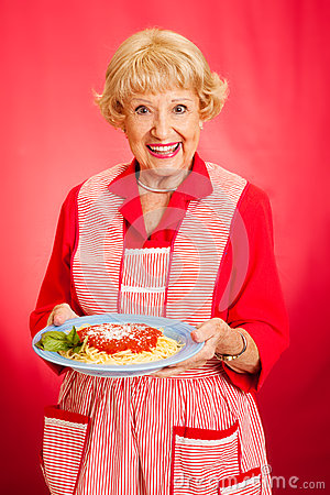A avó cozinha o espaguete italiano