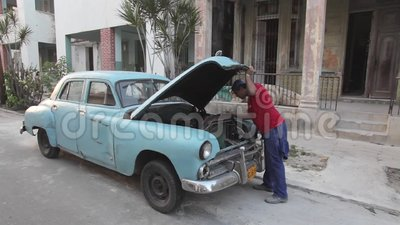 Avana, Cuba, automobile americana vecchia di riparazione