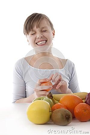 Avbilda av en flicka med frukt