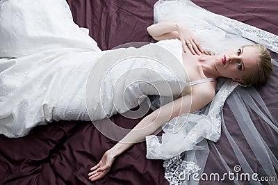 Avec la robe de mariage