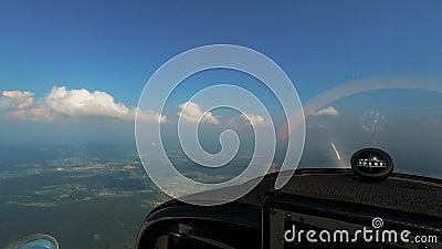 Aventure du vol, point de vue des pilotes depuis le cockpit des avions légers, compas avec treuil magnétique sur le tableau de bo banque de vidéos