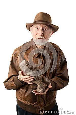 Aventureiro ou arqueólogo com ídolo