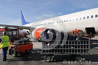 Avião de passageiros carregado com as malas de viagem