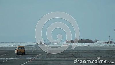 Avião na pista de decolagem filme