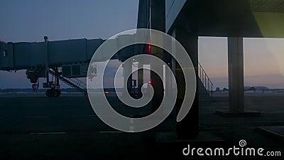 Avião que conduz na pista de decolagem no terminal de aeroporto da partida da noite antes de decolar vídeos de arquivo
