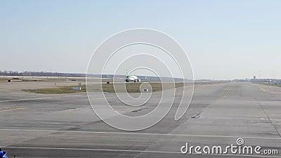 Avião que move sobre a pista de decolagem conceito do curso Avião do passageiro que taxiing à pista de decolagem vídeos de arquivo