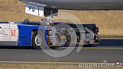 Avião que reboca para prestar serviços de manutenção, close-up filme