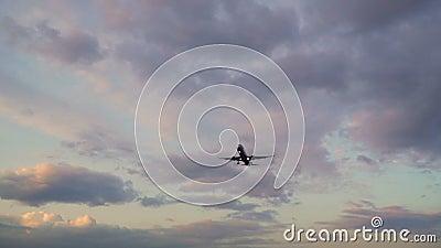 Avión volando en el cielo nublado de la noche Aviones ganando altura al atardecer almacen de video