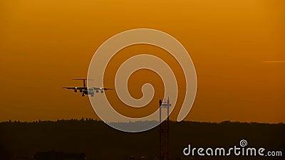 Avion dans le coucher du soleil banque de vidéos