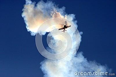 Avion dans le nuage de la fumée