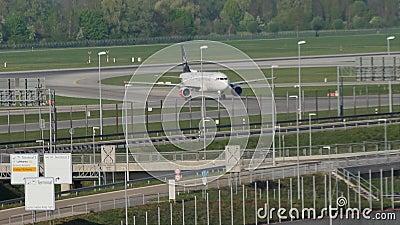 Avion de Star Alliance roulant au sol dans l'aéroport de Munich MUC clips vidéos