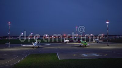 Avions stationnés Aéronef prêt pour le décollage Terres de l'avion en arrière-plan 4 Ko clips vidéos