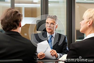 avocat ou notaire avec des clients dans son bureau photographie stock image 21943952. Black Bedroom Furniture Sets. Home Design Ideas