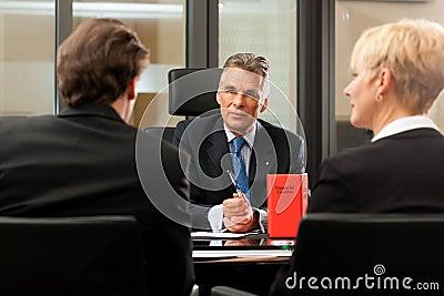 avocat ou notaire avec des clients dans son bureau images libres de droits image 21943989. Black Bedroom Furniture Sets. Home Design Ideas