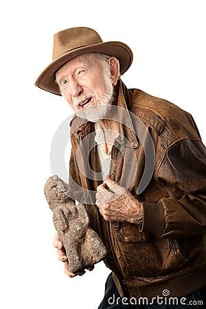 Avonturier of archeoloog die idool aanbieden te verkopen