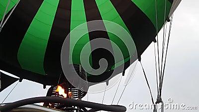 Avontuur in warmluchtballonwatermeloen De brander leidt de vlam in envelop Het vliegtuig vliegt 's ochtends in de blauwe lucht. stock footage
