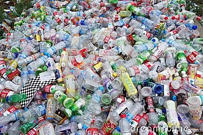 Avskrädeplast-flaskor Redaktionell Foto