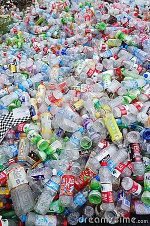 Avskrädeplast-flaskor Redaktionell Fotografering för Bildbyråer