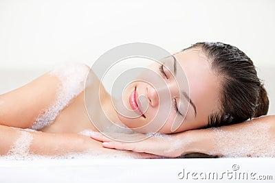 Avslappnande kvinna för bad
