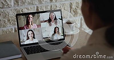 Avståndsvänner som chattar med videosamtal med videokonferensapp arkivfilmer