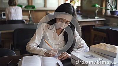 Avvocato asiatico femminile dello studente in camicia bianca archivi video