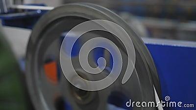 avvolgimento del cavo elettrico nella bobina di produzione video d archivio