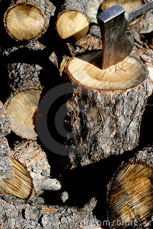 Free Ax Head & Chopped Wood Royalty Free Stock Photography - 2139647