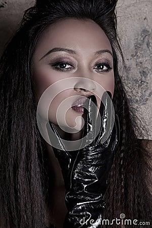 Aziatisch model met een handschoen
