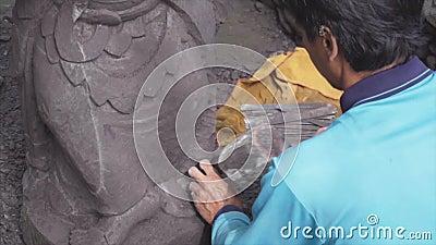 Aziatische beeldhouwer weg nauwgezet afbrekend bij boete ingewikkelde details van een steenkunstwerk het gebruiken van traditione stock videobeelden
