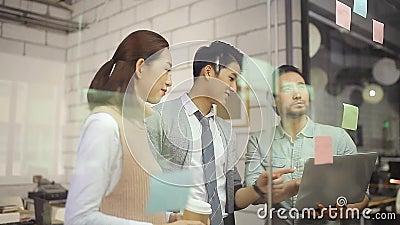 Aziatische collectieve mensen die besprekend zaken in bureau samenkomen