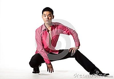 Aziatische jonge mens in modieuze kledij