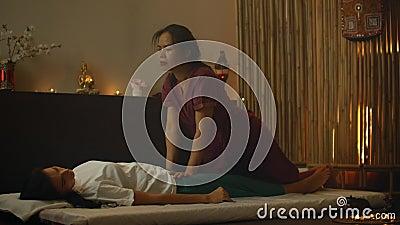 Aziatische mooie jonge vrouw die vrolijk is en zich ontwricht door Massage en essentiële olie-aroma therapie in Cosmetology spa stock footage