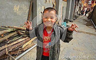 Aziatische oude jongen 8 jaar spelend in straat in chinees platteland redactionele afbeelding - Jaar oude kamer van de jongen ...