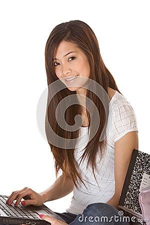Aziatische student in jeans met laptop
