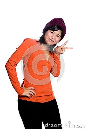 Aziatische tiener die vredesteken toont,