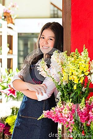 Aziatische Verkoopster in een bloemwinkel