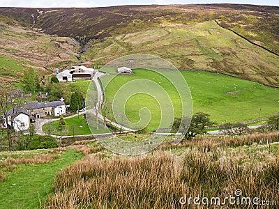 Azienda agricola a distanza della collina, Inghilterra