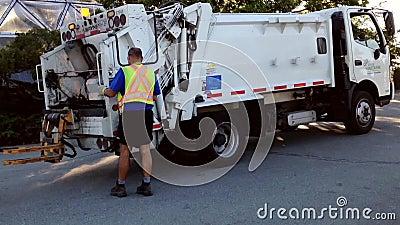 Azionamenti del camion di immondizia che raccolgono immondizia